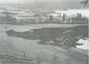 I 1951 gikk et ras ved Stamneselva, som tok både jord og veg med seg.