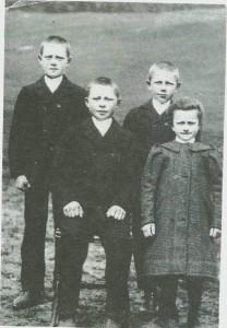 Barna på Ustgarden i 1910: Emil, Haldor, Olav og Johanne.