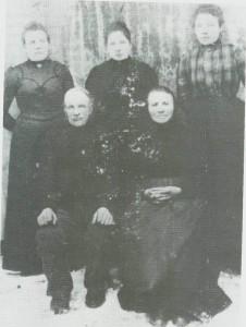 Torkjel Bårdsen og Helke Olsdt. og dei tre døtrene Kristine, Oline og Marit.