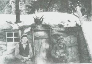 Jordkoje brukt i skogsarbeid ved Fossan i 1935. Fra v. Lars Svendgård og Olai Almås.