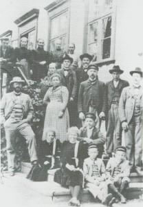 På Havernesset i 1902: Paul Birch med familie og tilsatte.