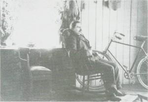 Rørosingen Ole Olsen Kuras hadde i tankene å bygge på den sentrale tomta Korsveien. På bildet ser vi ham på hybelen sin den tid han var handelsbetjent hos Christophersen. Statussymbolet sykkelen har han nok tatt inn for fotograferinga.