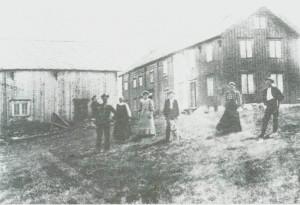 Fra Nordpå-Jardet omkring 1910. Fra v. John J. Valli, Kari Slind, Berg it te Guldseth, Ole Valli, Sofie og Erik Aas.