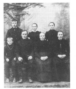 Oppigardsfamilien i 1893. Bak fra v. Kristen, Marit og Johanna. Framafor fra v. John, Nils Kristensen og Gjertrud Jonsdt. og Mali.