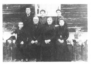 Familien her ca. 1911. Halvor Olsen og Marit Mikkelsdt. med Ole og Sofie ved sida. John, Helga og Gurina står bak.