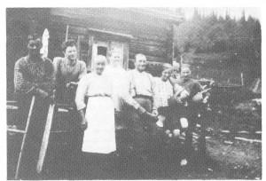 Nistoggo seiret både i Grava og sør for Rotla, i allmenningen. Dette bildet fra 1924 er fra Grava og viser fra v. Jørgen Kallar, Ole J., Berit B., Anne, Baro og Berit B. d.y., alle Evjen, og Ingeborg Kulvik.