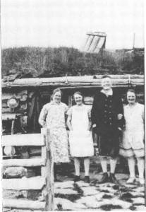Her på Evjvollen sør for Rotla setret Drivvollen i Flora i mange år. Dette bildet fra 1925 viser setertausene og Ingeborg og Marianne Drivvold til venstre for Kristian J. Evjen. Til h. står Kristine Hegseth.