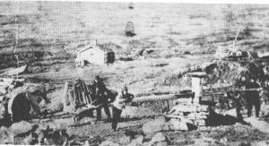 Liakarene var jamt i kvernfjellet. På dette bilde fra 1890-åra ser vi Jon Halvardsen Nordsto med trillebåra og en fra Mebost og Erik Kallarstrøen (t.n.) attmed spellet.