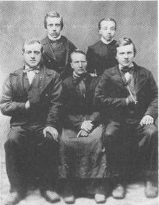 Enka Mali Persdt. Bårdsgård med barna Hans, Jon, Lars og Berit. Bildet er tatt etter at nesteldste sønn, Peder, reiste til Amerika i 1880.