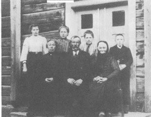 Familien her i 1915. Sittende: Kari og Ola og mor hans, Ingeborg Jonsdt. Bak står barna: Ingeborg, Sofie, Gjertrud og Olaf.