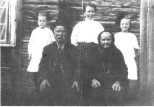 Ola Jonsen og kona Goro Jonsdt. fotografert i 1914. Husmannen sjøl var både skomaker og tømmermann. Bak står fra venstre datterdattera Johanna Evjen Kallar, død 1923, 14 år gammel, dattera Gina og sønnedattera Edna Olsen, f. i Amerika 1907.