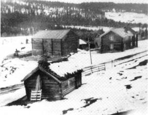 Bildet er fra tidlig i 1940-åra og viser de gamle husa på Nordigarden, med husmannsplassen Glenntrøa og Kleset som bakgrunn.