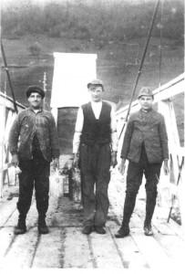 Fra venstre Ole Mogård, Baro Krogstadmo og Baro Krogstad som maler Moslettbrua, ca. 1927.