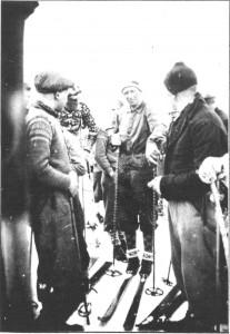 Åavollrennet - Illegalt skirenn under krigen. Emil Slind etter ferdiggått løp i samtale med Emil Sæther, Hilmar Overvik, Peder Olav Aune.