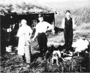 Fra Aftretsvollen. Fra venstre: Ane Aftret Kjøsnes, Arnt T. Aftret og John Aftret Slind.