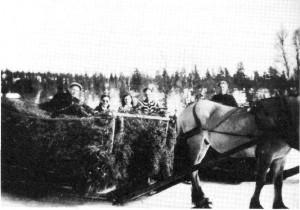 Haldor I. Kjøsnes har vært til Rensjøen etter høy, mens Petra Aftret, Kari Amdal, Per Amdal og Birger Aftret er på skitur. Påska 1943.