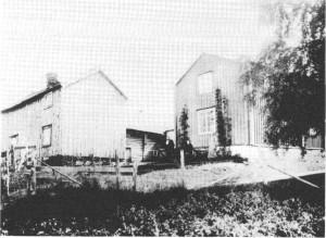 Nedpågården i Vikvarvet. Personer fra venstre: Gunder G. Slind, Kari Olsdatter Slind, Marit Gundersdatter Slind.