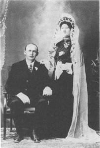 John Knutsen Ørås hadde vært flere år i Amerika før han i 1913 ble gift med Serina Pettersdt. Bakken. Etter bryllupet drog de til Montana.