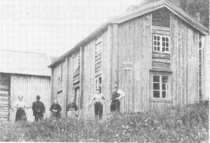 Hus og folk på Moen i 1908.