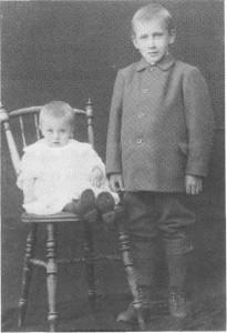 John Sakariassen var eldste sønnen på Uthus, men døde bare 33 år gl. Enka Ragnhild Olsdt. bodde senere på Tuset. Bildet viser de to barna deres, Sakarias, oppfostret på Uthustrøa, og Ole, som vokste opp hos mor sin.