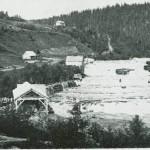 «Hampfossen» eller Kjelstadfossen med oppgangssag og mølle.  Etter foto fra 1880-åra.