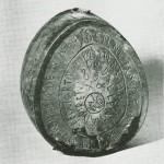 Brennevinsflaske. «Denne flaske bar ied iort paa Stordallen aaret 1808.» (Bygdemuseet.) Foto Garberg.