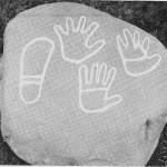 Helleristningsstein med hender og fotsåle. Fra Solem. (Figurene oppmalt.)