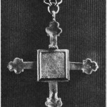 Relikviegjemme av sølv fra Selbu. På den ene sida er inngravert en Olavsfigur med rikseple og øks. På baksida en korsfestelsesgruppe i relieff. Visstnok fra 1400-tallet.   (Nordiska Museet,  Stockholm.)