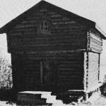 Buret i Lekvolltrøa — den eldste bevarte  trebygningen i bygda. Årstallet 1640 er  skåret inn over døra.  Foto Garberg.
