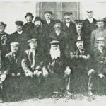 Selbu herredstyre 1912. Sittende f.v.:  J.   Vigen,  ].  J.  Stavnes,  P.  Berge, H.  T.  Rønsberg, G. Haarstad, ordf. O. Henmo, A. Kjeldstad, A. Kvello, H. P. Aftret, H. Solem. Bak:  L. K. Moen, P. O. Moslet, J. J. Stokke, O. H. Kyllo, J. Stavnæs, P. Birch, L. Bårdsgård, P.  P. Aftret, O. P. Fuglem, S.  Velve, Chr. Flønæs, O. Høiås, P. O. Garberg,  S. Eggen.