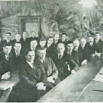 Selbu kommunestyre 1938. T.h.: ordf. O. H. Kjøsnes, 1. bord f.h.: J. Berge, J. Sørflakne, E. Uthus, G. S. Uglem, O. N. Kallar, O. A. Uglan, A Hårstadli, I. H. Kjøsnes. 2. bord: T. Nervik, O. P. Overvik, O. N. Overvik, P. O. Hårstad, I. Kjeldstad, P. A. Fuglem, P. P. Slind, P. P. Evjen, 3. bord: O. Kyllotrø, P. Avelsgard, I. Børseth, J. }. Stokke, S. A. Sjøstad, B. Evjen, L. Bårdsgård.