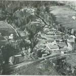 Folkehøgskolen «Peder Morsets minne».  Selbustrand skole t.v. nederst i bildet.  Foto: Ragde.