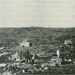 «Lerhølel»  1886. Halvard Lien med trillebåra,  ved «spellet» Per E. Mebust og (t.h. knapt synlig) Erik Kallarstrø. Foto E. Jenssen.