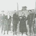På påsketur til Stamnesvollen omkring 1920. Fra venstre Ole Sandvik, Marit 0. Stamnes, Reidar Sandvik, Ragna Fossum, Anton Moen.