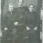 Husmann, skredder og skinnfellmaker Arnt Eriksen og kona Ingeborg Tomasdt. og dattera Marit.
