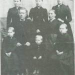 Marit Eriksdt. og Ole Ingebriktsen Setseng med fem døtrer og en sønn: Bak står fra v. Anne, Marit Serine og Gurine. Foran sitter fra v. Olive, Emil og Bergitte.