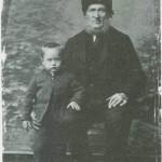 Ola Mikkelsen var en av flere rennbygger som i siste halvpart av 1800-åra kom til Innbygda. Her sammen med sønnesønnen Anton.