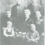 Bildet er tatt i Amerika i 1917/18 og viser Marit Nykkelmo og mannen Albert Dybvad og barna Alma, Alfred og Emil. Bak står brødrene hennes, Peder og Ole Nykkelmo