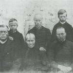 Folket på Aunhaugen ca. 1890. Fremst sitter fra v. Per, mora Soffi Bardosdt. og kona Kari og bak står Mons og Ola med søskenbarnet Sofie Jonsdt., mellom seg. Sofie ble oppfostret her