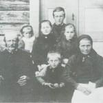 Familien på Dyrdalsplassen omkr. 1900. Jon, Sivert og Brynhild, Pauline, Marit og Berit, og bak eldste sønnen, «Jo Post».
