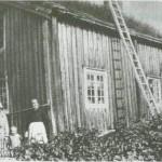 Stua til Johanna Pettersdt. Hårstad på Stormyråsen. Johanna sjøl til høgre, Anna Nervik til venstre.