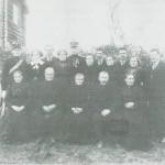 Fra Smedtrøjardet omkring 1920. Bakfra v. P.P. Evjen, Oline Haarstad, Kristen Evjen, Berit og John Jenssen Haarstad, Mali og John Øverlien, Anne og Gutorm Haugen, Ingeborg og Anton Jørgensen.