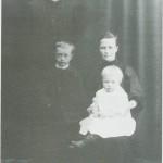 Redaktør av lokalbladet Selbyggen, Ole Aas, og kona Gina og barna Jon og Ragnhild.