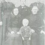 Gruppebilde fra Morset fra sist i 1890-årene. Fremst sitter Brynhild Olsdt. og Henrik Olsen med sønnesønnen Henrik (Hanken) Haldorsen mellom seg. Bak fra v. Ingeborg Korsvold, Henrik Olsen Morseth og Sissel Setsaas.