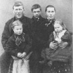 Jon Tomassen og Kari Bjørnsdt. og de tre eldste barn - Tomas, Marit og Ingrid.