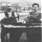 Kristen Jørgensen og dattera Johanna ved symaskinene. Bildet er fra 1912.