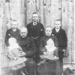 Grim Tomassen og Kari Persdt. Rønsberg og barna (bak fra v.) Gunnar, Tomas og Peder, (og på fang) Gurine og Ingeborg. Bildet er fra 1908.