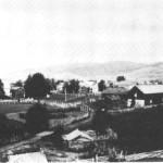 Dette bildet er tatt av Tomas G. Moslet i jubileumsåret 1930, da han var heim fra Minneapolis, og viser de fire hovedbruka på Mosletta og Bardogarden slik husa låg før jordskiftet i 1940-åra.
