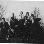 Ungdommer i festlig lag på Vikabakken.