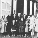 Søndagsskole i Bedehuset i 1937 eller 1938. 1. rekke fra venstre: Solveig Kari Slind, Herborg Øverland, Kari Overvik Kvello. 2. rekke fra venstre: Beret O. Guldseth, Mary Slindmo Kristiansen, Gerd Slind Overvik, søndagsskolelærer Marit G. Slind, Annie Slind Kjøsnes, Borgny Nervik Hagen, Jorun G. Slind og Bjørg A. Kjøsnes.